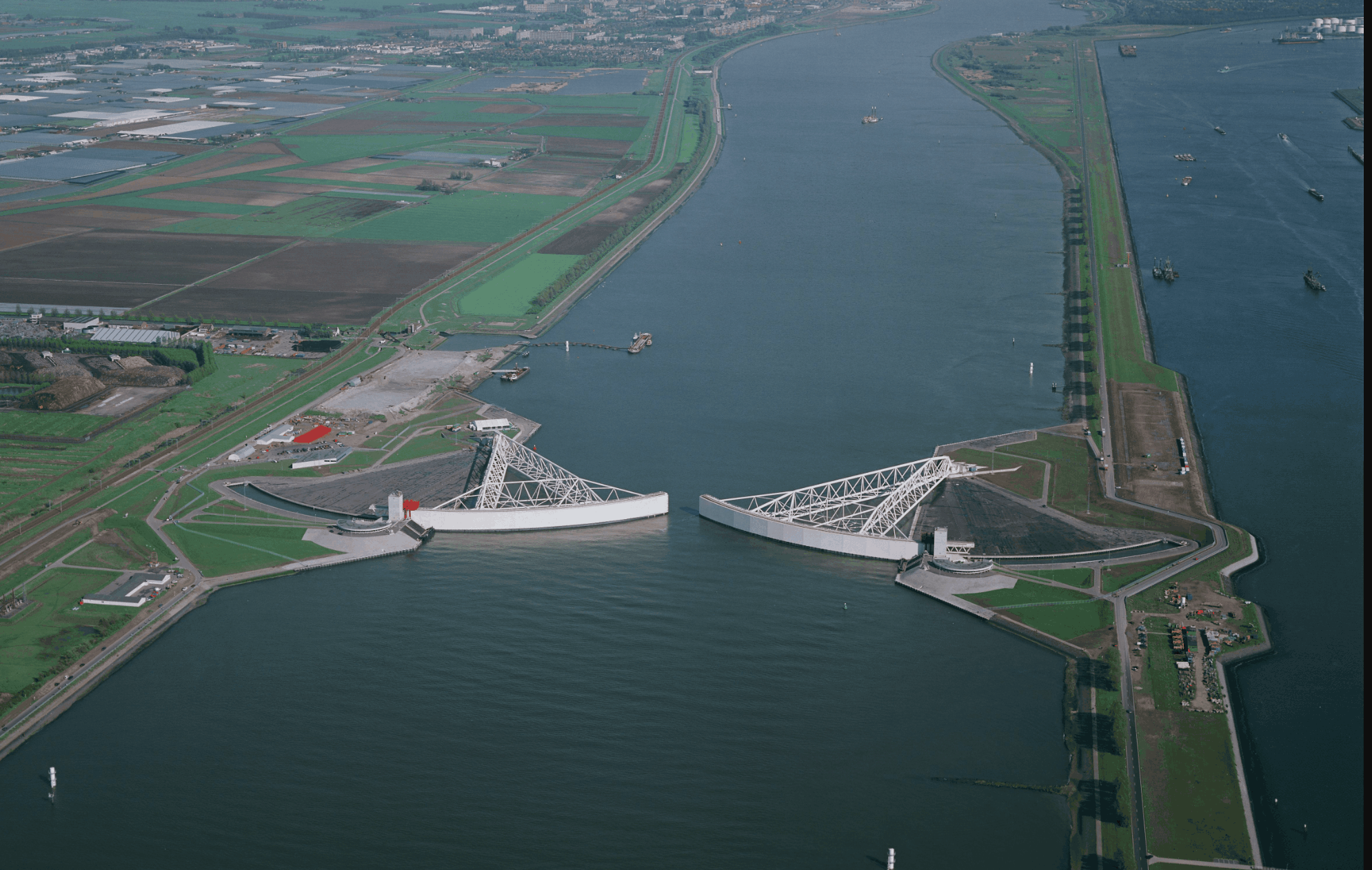 Maeskantkering storm surge barrier near Rotterdam (photo: Bart van Eyck)